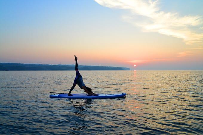 早起きしてサンライズサップヨガ(SUP Yoga)。太陽が昇る静かな海と一体に
