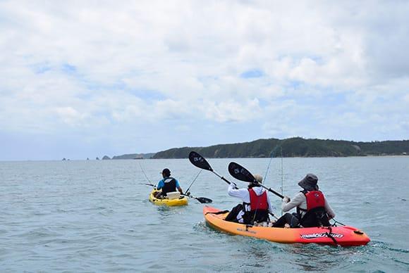 ガイドは別のカヤックにて釣りをサポート、緊急時には救助を行う。岸には水上ジェットも待機