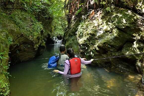 足が立たない水場があるが、ガイド案内とライフィジャケット、ロープで安心