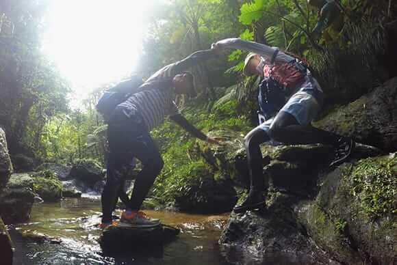 岩を乗り越え、思いっきり全身を使って遊ぶ