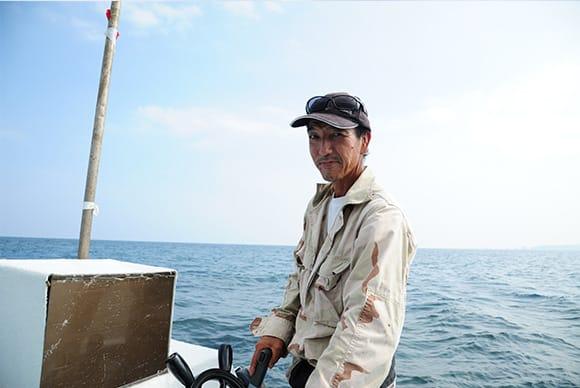ガイドは海人(沖縄で漁師の意)の大城学さん。東村出身、海を知り尽くした漁師さんが案内してくれる