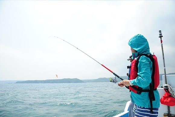 漂う船から見渡すと海から切り立つ山々が見える大自然の中の釣り