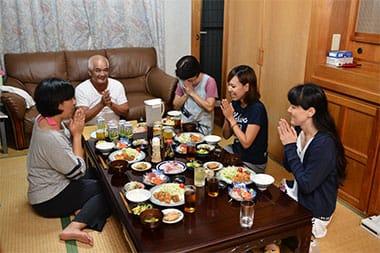 日本でご飯を食べるときは、両手を合わせて「いただきます」