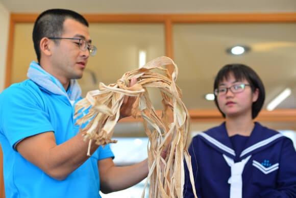 材料を丁寧に説明してくれる小甲さん。英語でのレクチャーが可能。中国語も勉強中
