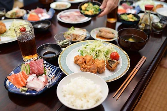 自分で釣った魚の天ぷらや、沖縄料理の定番もずく、あーさ汁など盛りだくさん