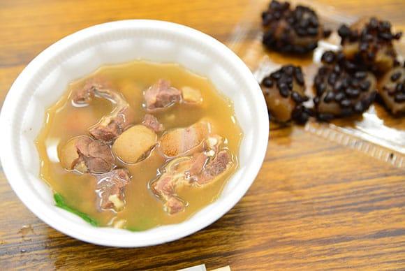 祭りのメイン料理、沖縄では昔からお祝い事がある時にしか食べられない山羊汁。(行事がない日は、沖縄料理を中心に、岩手の家庭料理も)