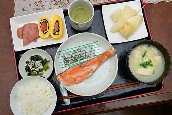 日本らしい鮭+白ご飯に、沖縄料理ゆし豆腐