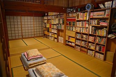 広めの9畳和室(布団) ※クーラーはないが昔ながらの家屋で自然温度調節